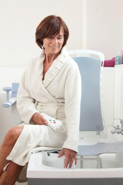 Badkameruitrusting: douchestoel/badlift De Rijcker - Ganda Orthopedica bvba